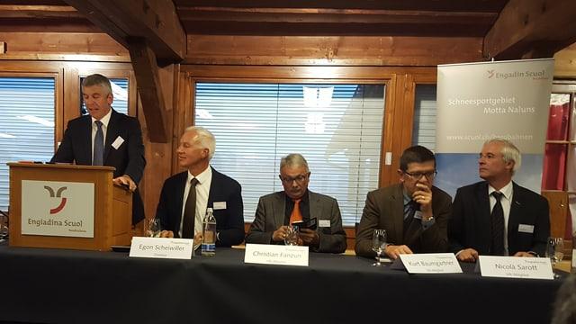 Andri Lansel il president dal cussegl administrativ da las pendicularas Scuol e ina part dals commembers dal cussegl administrativ.