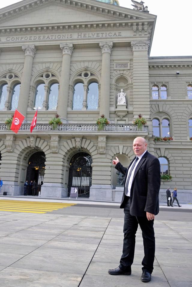 Ulrich Giezendanner vor dem Bundeshaus.