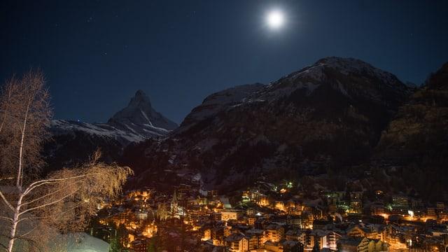 Nächtlicher Vollmond über Zermatt mit klarem Blick zum Matterhorn.