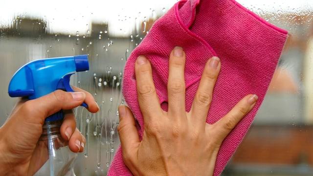 Person reinigt Fenster