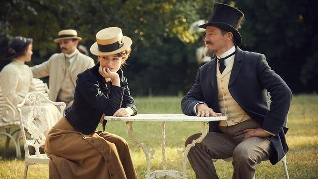 Colette und ihr Mann Willy sitzen in einem Park in Paris.