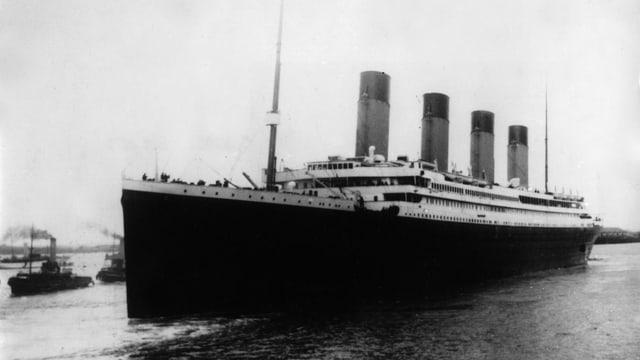 Schwarz-weiss Foto von der Titanic.