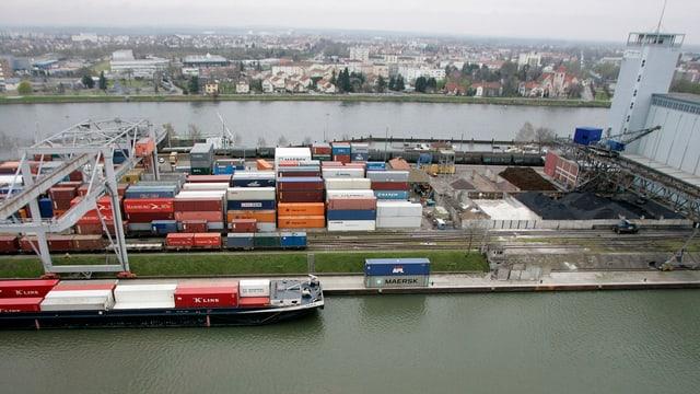 Container und Schiffe am Rheinhafen in Basel.