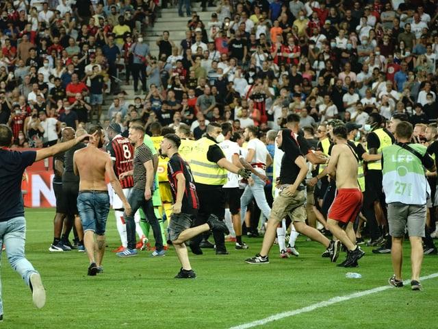Fans stürmen den Platz des Stadions Allianz Riviera in Nizza.