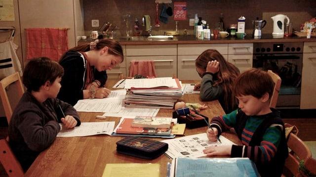 Vier Kinder lernen an einem Tisch