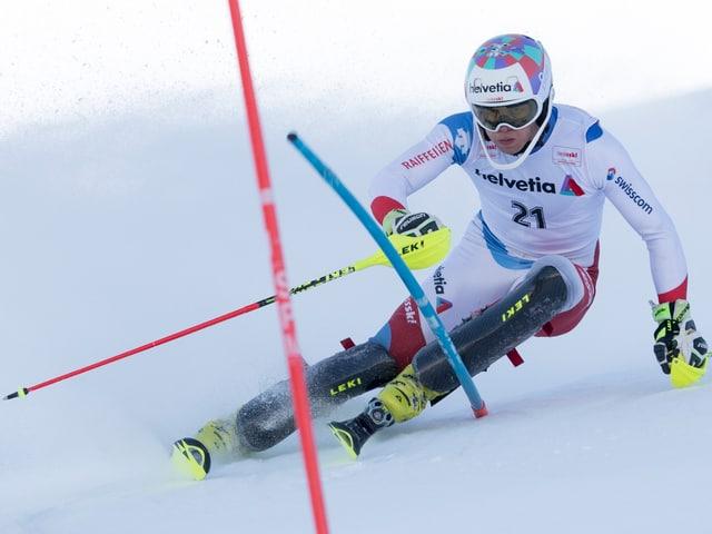 Noel von Grünigen umkurvt eine Slalomstange.