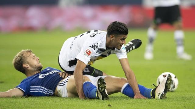 Zweikampf zwischen einem Schalke- und einem Mönchengladbach-Spieler.