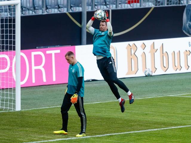 Manuel Neuer fängt einen Ball in der Luft, vor ihm steht Marc-André ter Stegen.