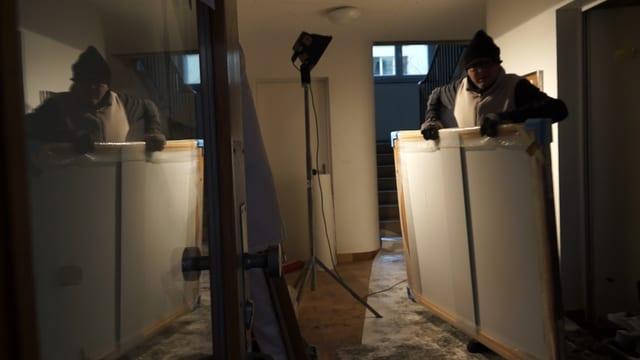 Jean-Paul Munsch trägt 18 Bilder aus dem gefluteten Keller.