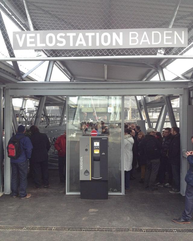 Eingang zur neuen Velostation mit zahlreichen Neugierigen Personen.