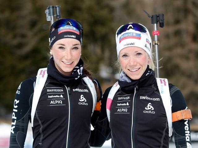 Aita und Elisa Gasparin lächeln bei den WM-Vorbereitungen in Kontolahti in die Kamera.