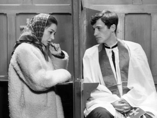 Belmondo und Riva sichtbar in einem Beichtstuhl