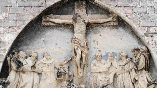 Kaputte Jesusstatue, Einschussspuren