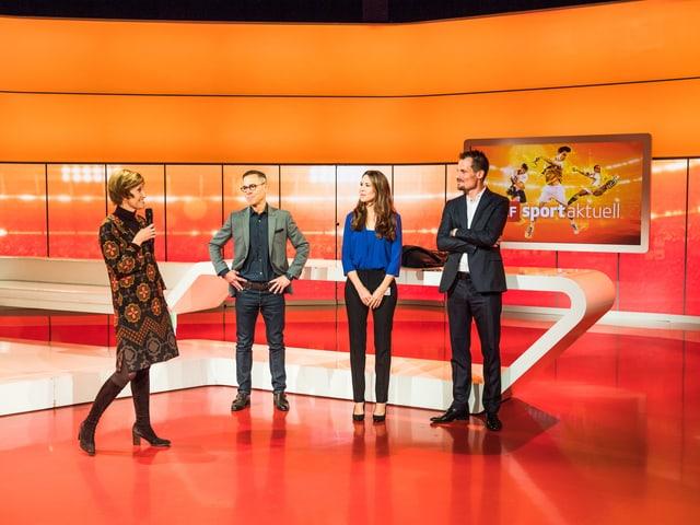 Gastgeberin Kommunikationschefin Andrea Hemmi (mit Mikrofon) begrüsst (von links) die Moderatoren Matthias Hüppi, Susanne Wille und Jonas Projer.