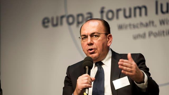 Axel Weber mit Mikrofon