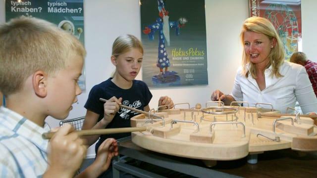 Kinder spielen im Museum.