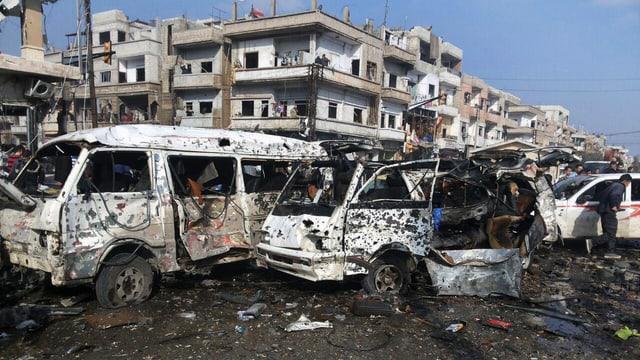 Zwei ausgebrannte Autos nach einem Bombenanschlag.