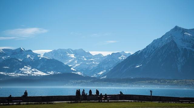 Blick auf Thunersee und die Alpen.