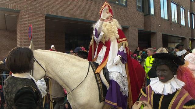 Der Nikolaus auf einem Pferd mit einem «zwarte Piet» unterwegs.