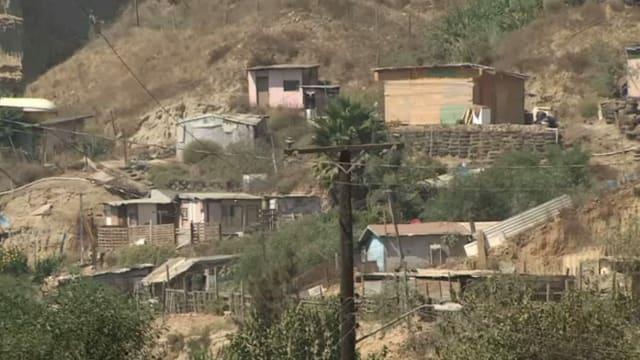 Primitive Häuser an einem Hang