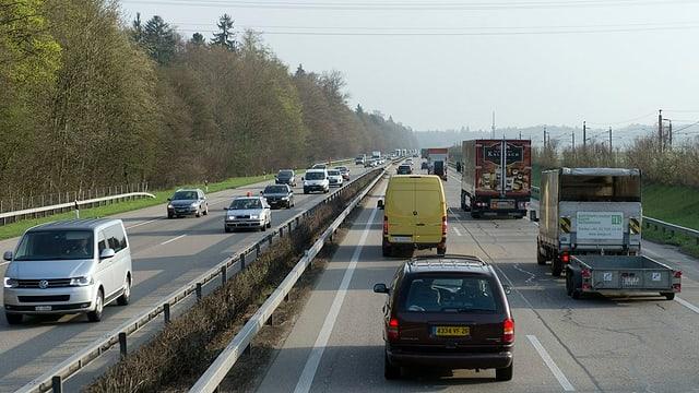 Blick von oben auf die vielbefahrene Autobahnstrecke A1 zwischen Kriegstetten und Schönbühl.