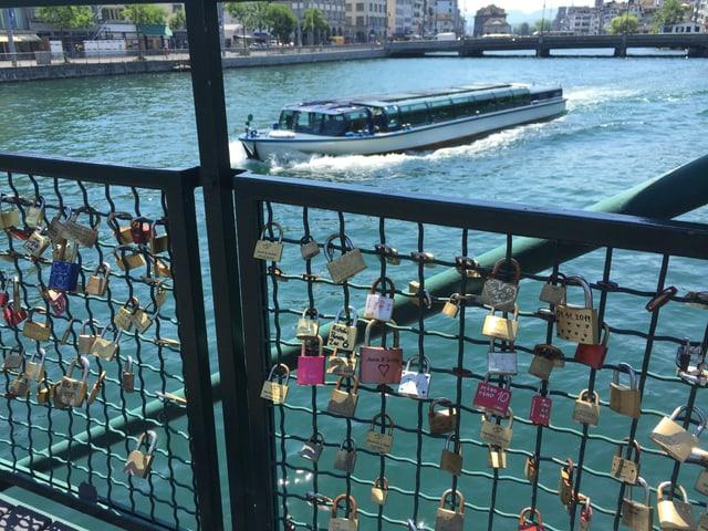 Schlösser an Brückengeländer in Zürich.