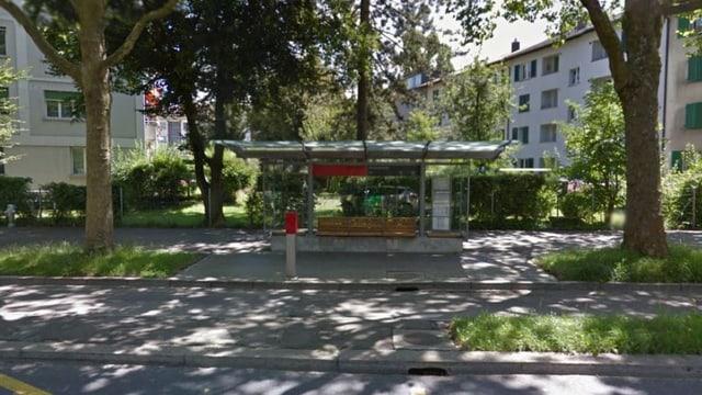 Strasse mit Bushaltestelle