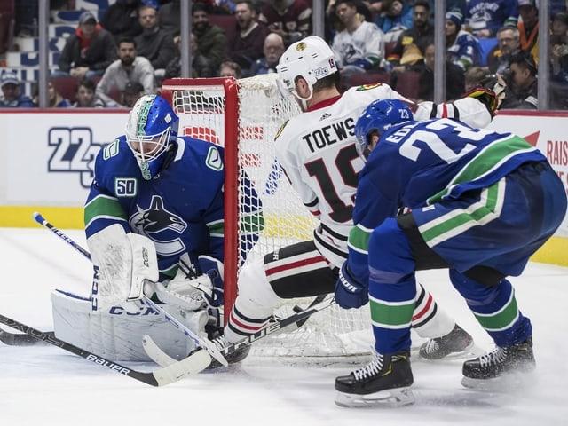 Auch Chicagos Jonathan Toews kommt nicht am Vancouver-Schlussmann vorbei.