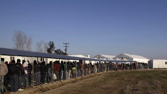 Flüchtlinge stehen am Grenzübergang bei Idomeni an