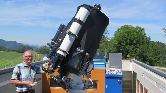 Mann neben Teleskop
