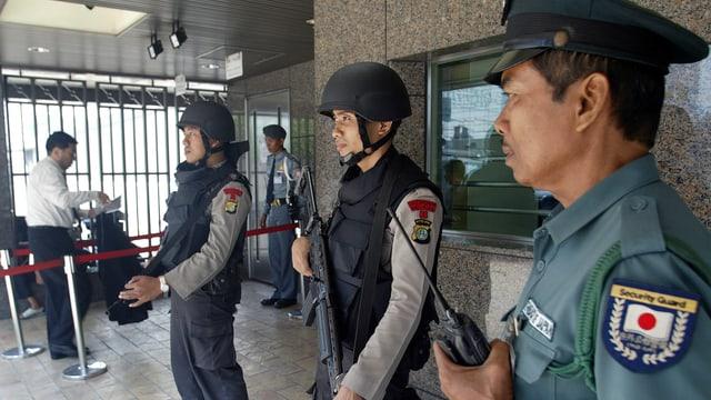 Archiv: Policists protegian l'ambassada dal Giapun a Jakarta en l'Indonesia.