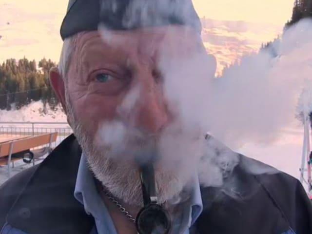 Mann raucht Pfeiffe.