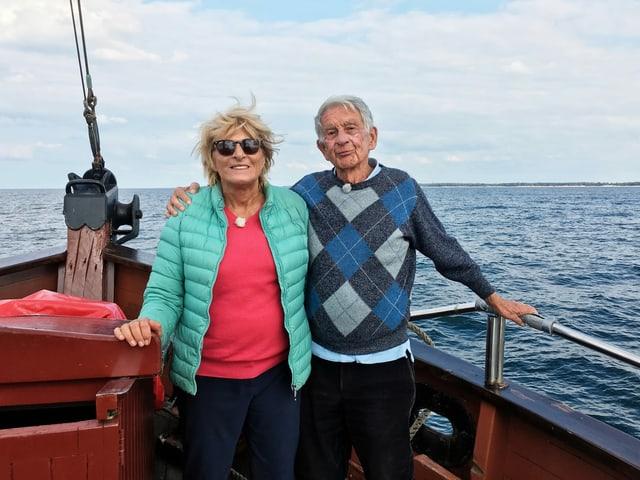 Ehepaar auf einem Schiff.