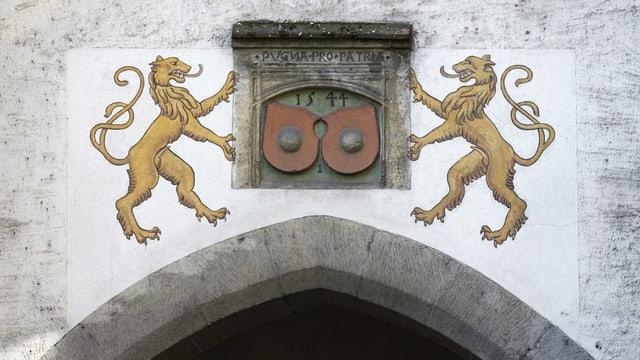 Zwei Löwen über einem Tor.