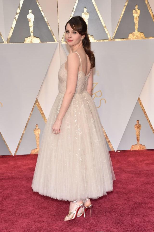 Felicity Jones in einem weissen Kleid