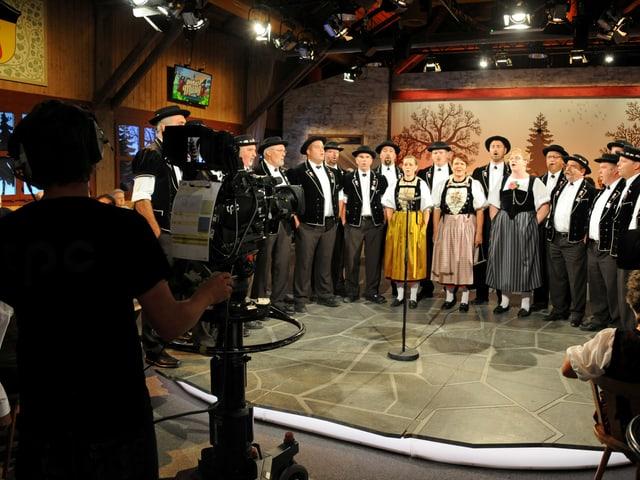 Der Jodlerklub Passwang Mümliswil singt, während die Kamera filmt.