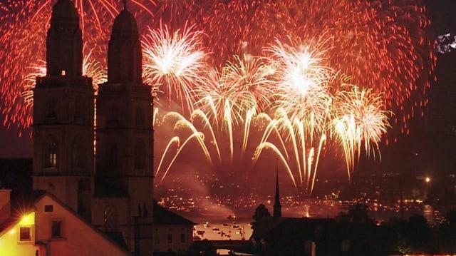 Feuerwerk über dem Zürichsee, im Vordergrund das Grossmünster und die Altstadt