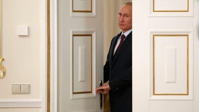 Präsident Putin an einer Türe.