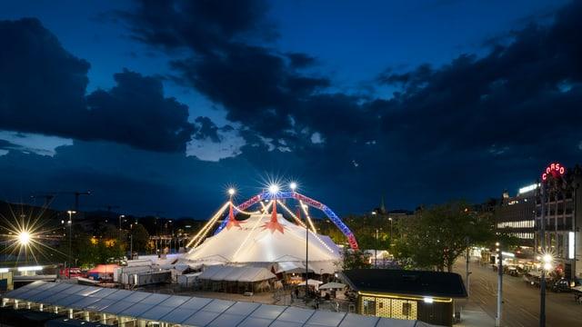 Das Zelt des Circus Knie auf dem Zürcher Sechseläutenplatz.