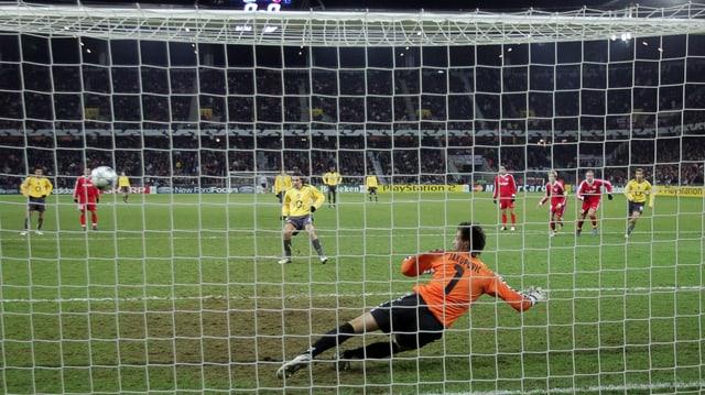 Fussballer verwandelt Penalty.