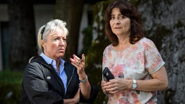 Grevs muments cun la presidenta da la Bregaglia Anna Giacometti.