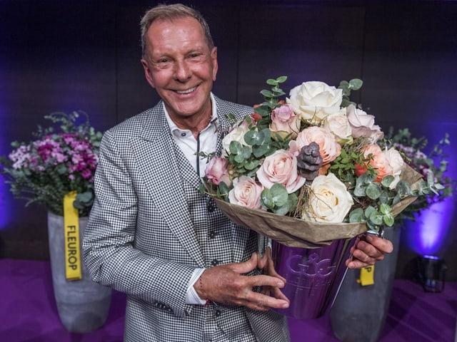 Kurt Aeschbacher mit Blumen und Tophäe.
