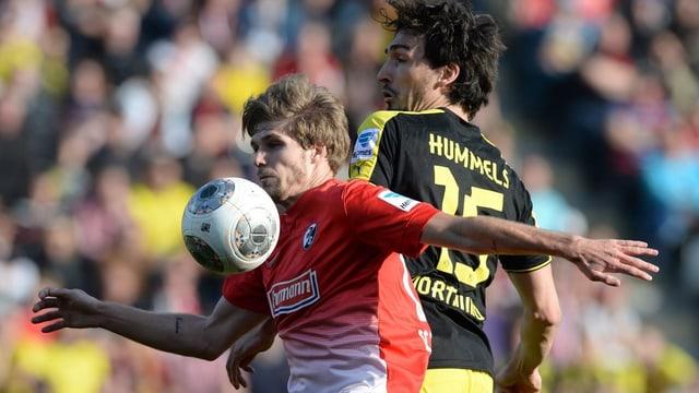 Freiburgs Zulechner deckt den Ball vor Hummels ab.