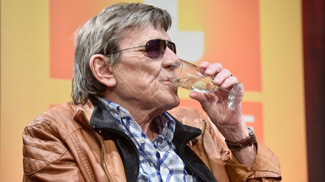 Polo Hofer trinkt Prosecco.