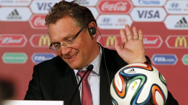 Jerôme Valcke macht bei einer Pressekonferenz eine abwinkende Bewegung mit der linken Hand.
