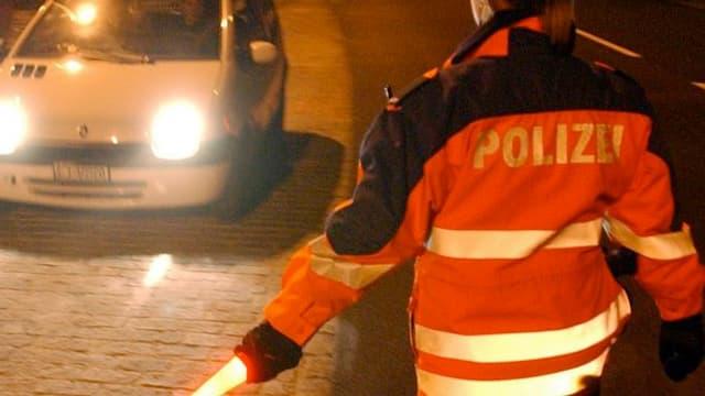 Polizistin auf der Strasse.