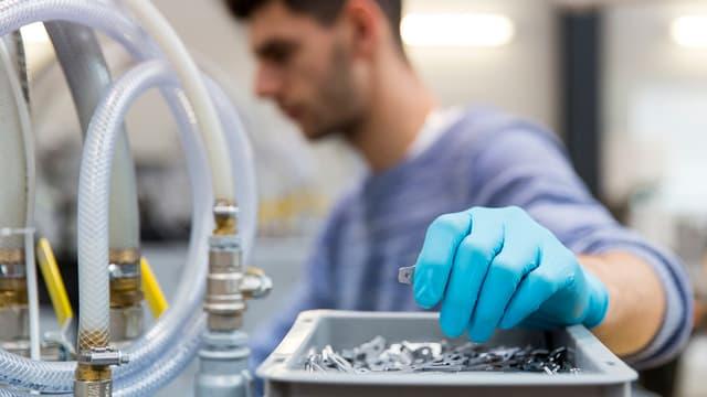 Lavurer en ina fabrica da cuntels.