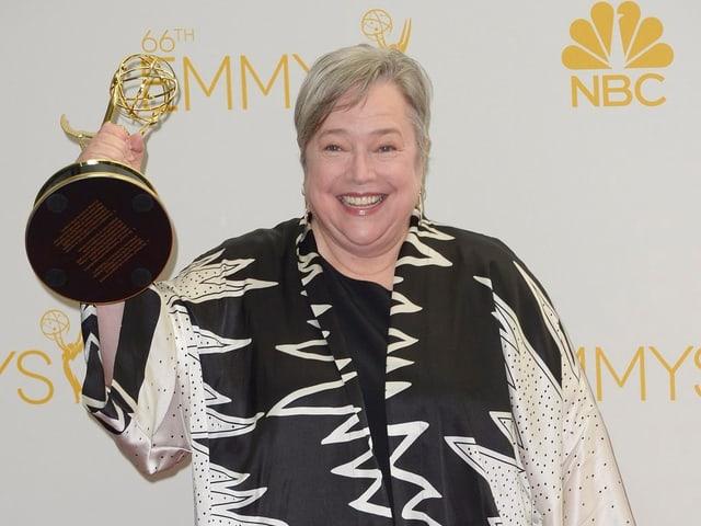 Kathy Bates mit einer Trophäe in der Hand.
