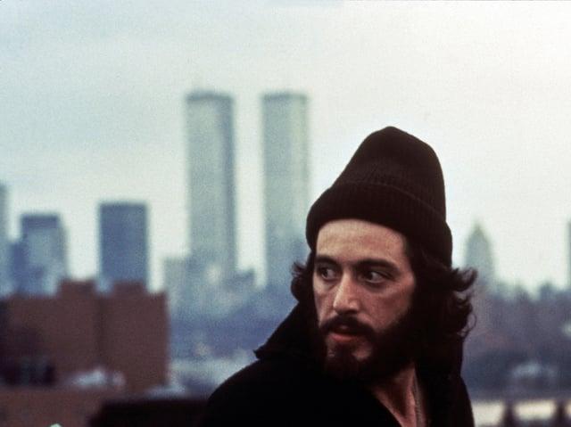 Al Pacino mit Wollmütze und gehetztem Blick vor der Skyline von Manhatten mit den Twin Towers des World Trade Centers.