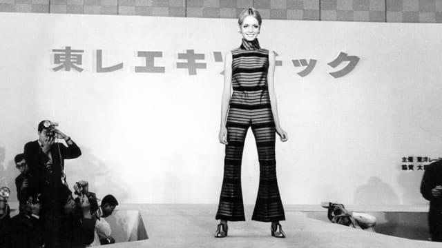 Schwarzweissfoto: Model Twiggy bei einem Auftritt in Japan.